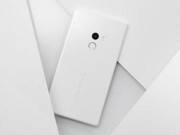 Первые реальные фотографии Xiaomi Mi Mix 2 в корпусе из белой керамики